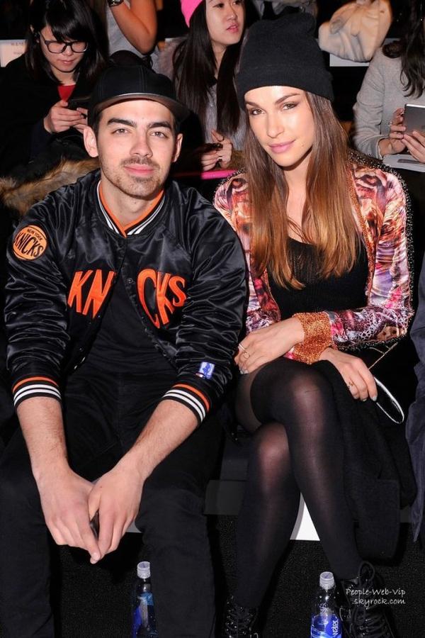 """Joe Jonas aperçu avec sa petite amie Blanda Eggenschwiler au show """"Custo Barcelona """"  pendant la Fashion Week Mercedes -Benz. ( au Lincoln Center le dimanche (9 Février ) à New York )"""
