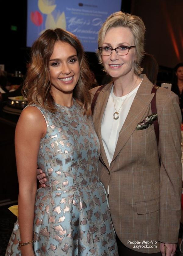 Jessica Alba : élue maman de l'année ! Jessica Alba a été rejointe par son mari Cash Warren, ses filles Honor, Haven, et Jane Lynch lors d'un déjeuner caritatif organisé à Beverly Hills. Jessica a été désignée maman de l'année ! (au Beverly Hilton Hôtel vendredi (9 mai ) à Beverly Hills , en Californie)