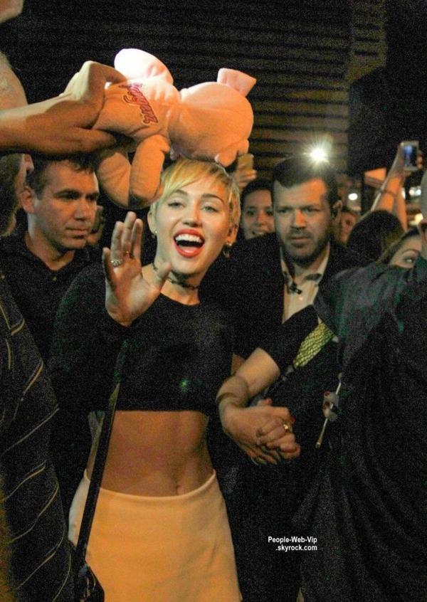 Miley Cyrus est actuellement à Rio De Janeiro, au Brésil. Elle a été aperçue pres d'un restaurant japonnais avec des copains  (samedi soir (27 septembre)