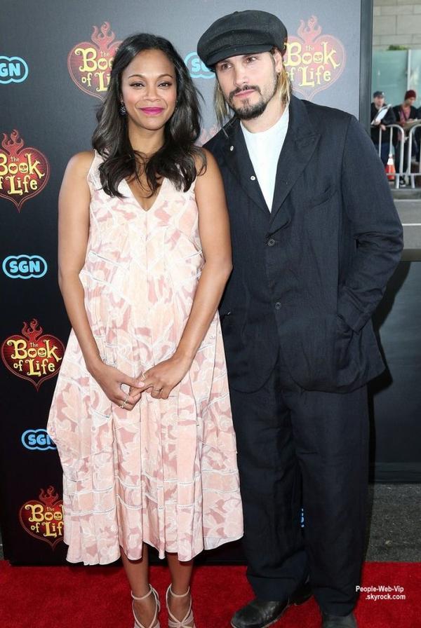 """Bientôt maman de jumeaux, Zoe Saldana a été aperçue à la première de son nouveau film """"The Book of Life"""" qui s'est tenue au Regal Cinemas LA Live. L'actrice a été rejoint par son mari Marco Perego.  (dimanche (12 Octobre) à Los Angeles.)"""
