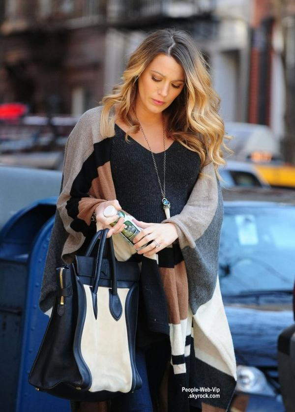 Bientôt maman, Blake Lively a été aperçue dans les rues de New York. (lundi (8 Décembre) à New York City.)