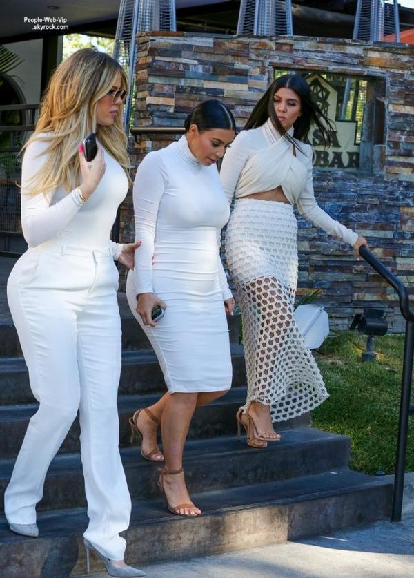 """Kim Kardashian a été aperçue avec ses soeurs  Khloe et Kourtney en quittant le restaurant """" Casa Escobar""""  (mardi (7 Juillet) à Westlake Village, en Californie.)"""