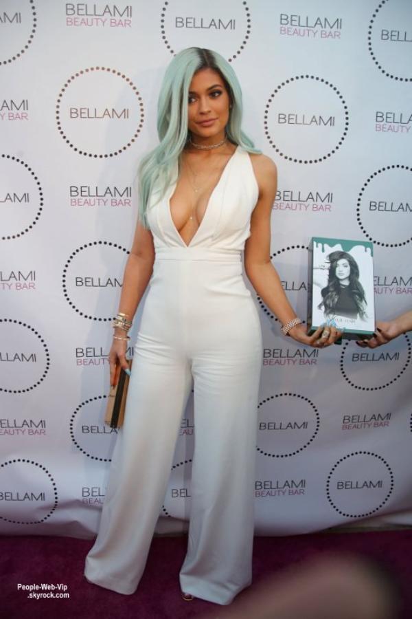 Kylie Jenner, 17 ans,  exhibe sa nouvelle couleur de cheveux dans une combinaison blanche en arrivant au Bellami Beauty Bar ( jeudi soir (9 Juillet) à West Hollywood, en Californie.)