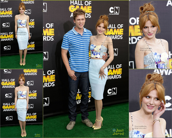 Bella sortant d'un cinéma avec Kailey le 12 février 2014 à Los Angeles .