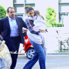 Suri, Katie & Isabella le 21 juin Katie, Isabella & Suri rentrent dans leur hotel à NY.