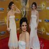 . Apparition ! Le 26 février dernier , notre magnifique Selena Gomez s'est rendue aux Naacp Image Awards . Alors que dire à part que Selly est télement parfaite ! Sa robe lui va a merveille et sa coifure est magnifique ! Pour moi ce sera un énooorme TOP ! Et pour vous ? Top , bof ou flop ? La créa vous plait ? (: Un article zoom sur le make up de Selly vous fairez plaisir ? .