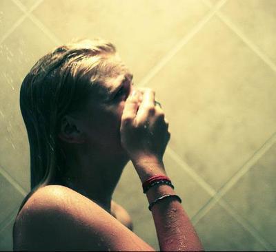 Les anges ont emmenés avec eux les souvenirs de nos jours heureux. J'ai mal, chez vous il pleut mes larmes.