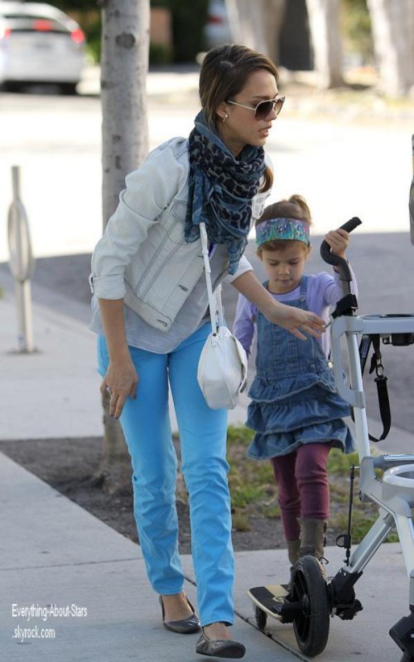 candid jessica alba a t photographi se rendant au parc avec ses filles le 2 avril 2012. Black Bedroom Furniture Sets. Home Design Ideas