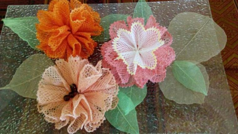 ANNICK  quelques fleurs pour fêter l'été et  une nouvelle jolie horloge réalisée.
