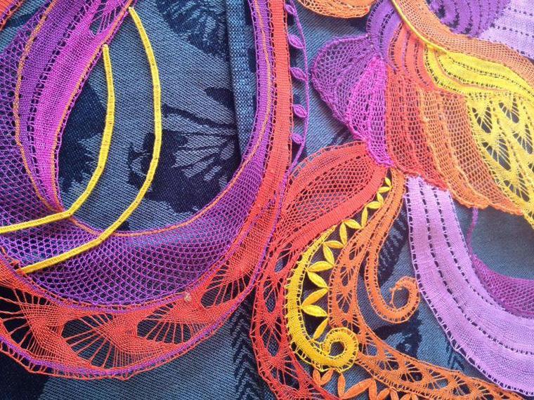 YVELINE festival de couleurs et  de techniques, ce superbe motif vient d'être terminé. Beaucoup d'heures de travail en fils coupés, félicitations et hâte de le voir en vrai.