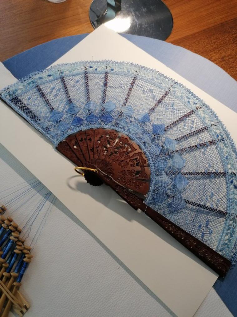 FRANCINE le voilà terminé et monté : le bel évantail bleu