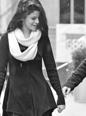 Le coeur qui s'accélère quand je te vois. L'envie de fermer les yeux et de me laisser bercer quand j'entends ta voix. Cette sensation de sécurité au creux de tes bras. Ne m'abandonne pas, je n'y survivrais pas.