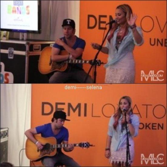 Demi Lovato: Hallmark Text Bands Part, Vienna