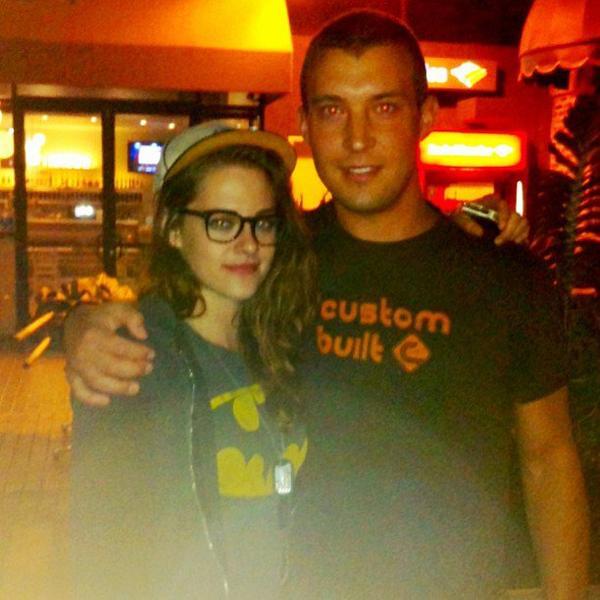 30/01/13 Nouvelle photo de Kristen avec un fan