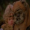A la suite du crash de leur vaisseau spatial sur la planète forestière d'Endor, la famille Towani se retrouve accidentellement séparée. Jeremitt et Catarine partent à la recherche de leurs enfant Mace et Cindel. Ces derniers font la connaissance des habitants de la planète, les Ewoks, de petits êtres poilus très proches du très amical nounours. Le pacifique peuple les mène dans leur village construit au coeur des arbres .