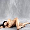 """Kim pose nue pour Harper's Bazaar  Kim Kardashian a posé nue pour le nouveau numéro du magazine Harper's Bazaar. C'est la photographe Amanda de Cadenet qui a photographié Kim Kardashian totalement nue pour le numéro du mois de mai du magazine. Le magazine a choisi de montrer plusieurs femmes célèbres nues pour célébrer le corps de la femme sans aucune retouches. Kim Kardashian a commenté : """"Je ne comprend pas pourquoi les gens sont si curieux au sujet de mes fesses. Je suis Arménienne, c'est normal ! Je suis sûre que mes fesses ne sont pas aussi gros que tout le monde veut le dire, j'ai des petites jambes et une petite taille ce qui le fait apparaître plus gros. Je faisais un bonnet C dès l'âge de 11 ans, ce fut l'un des pires souvenirs de mon adolescence. Le soir, avant de dormir, il m'arrivait de prier pour que ma poitrine ne deviennent pas encore plus importante. Le message à passer à toutes les lectrices est qu'il faut accepter ses rondeurs et qui on est. Je suis super fière de moi lorsque les jeunes filles assument leurs rondeurs et se trouvent belles ainsi""""."""