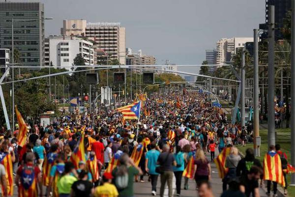 Pourquoi la Catalogne connaît des manifestations massives Depuis que les organisateurs du référendum illégal de 2017 ont été condamnées à de lourdes peines de prison, lundi 14 octobre, la région de Barcelone est le théâtre de tensions croissantes.  Par Ulysse Bellier  Publié hier à 16h14, mis à jour hier à 21h44