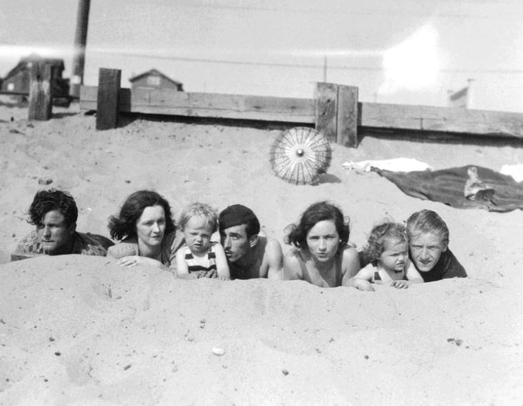 Norma Jeane est ainsi confiée pendant les sept premières années de sa vie à Albert et Ida BOLENDER, voisins de sa grand-mère Della, à Hawthorne (Californie). Dans son autobiographie, Marilyn mentionne qu'elle ne savait pas qui était « cette dame rousse » (sa mère) qui lui rendait visite de temps en temps pendant cette période. En 1933, elle peut vivre quelque temps avec Gladys qui loue une chambre chez les ATKINSON, à Arbol Street (Hollywood) mais celle-ci est internée l'année suivante suite à une nouvelle crise d'hystérie. En 1935, Grace McKEE, colocataire, collègue de travail et meilleure amie de Gladys, demande à devenir la tutrice de Marilyn, ce qui sera officialisé le 27 mars 1936. Norma Jeane s'installe avec Grace et son mari, Ervin Silliman « Doc » GODDARD, à Van Nuys (Californie) mais suite à une tentative d'abus sexuel de la part de celui-ci, Grace préfère placer la jeune fille chez sa tante, Ana LOWER.