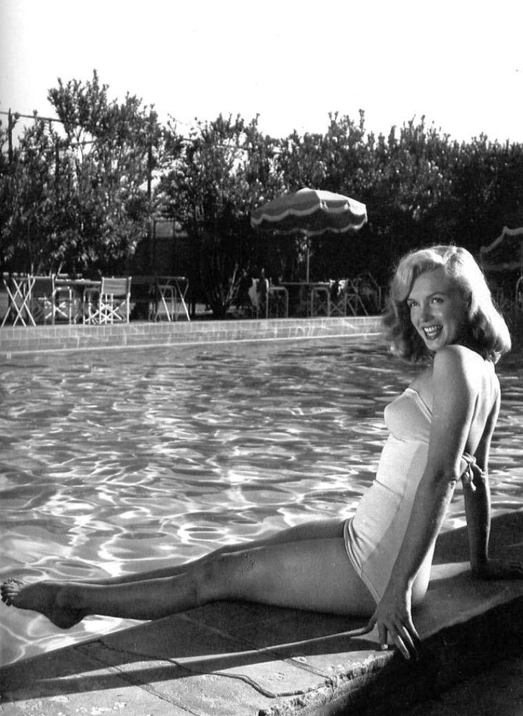 """1949 : Notre jeune starlette montante Marilyn multiplie les sorties et se fait voir partout toujours en bonne compagnie ; elle est notamment invité lors d'un match de base-ball à Chicago, fréquente les night-clubs tel le """"Rickett's club"""" au bras d'un autre jeune premier Roddy McDOWALL ou encore au """"Racquet Club Resort Hotel"""" en compagnie de son nouvel agent artistique et accessoirement son amant, Johnny HYDE."""