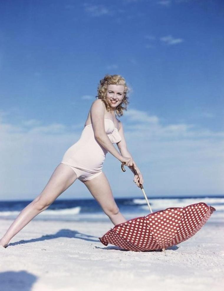 Tobey-Beach, Long-Island, été 1949 by André De DIENES (part 7) (session ombrelle à pois).
