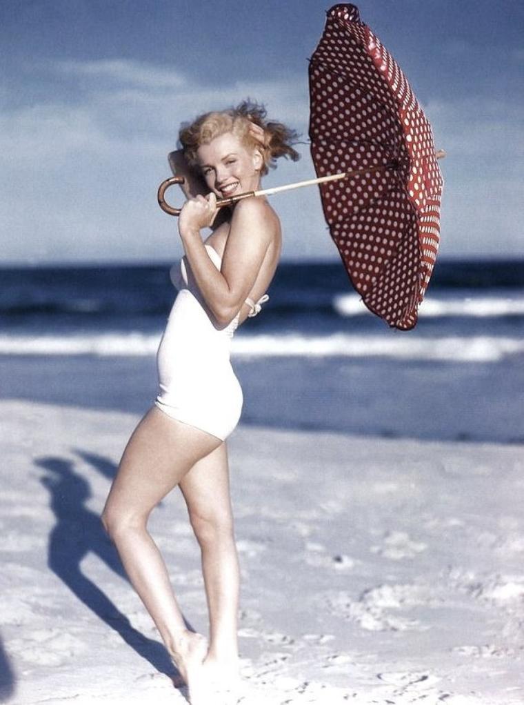 Tobey-Beach, Long-Island, été 1949 by André De DIENES (part 8) (session ombrelle à pois).