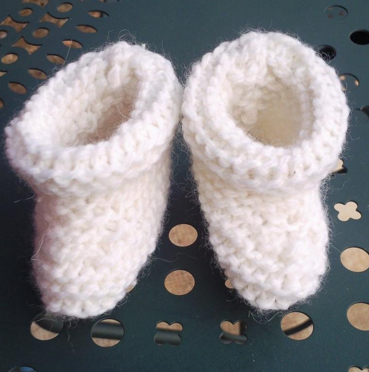 Il fait un peu gris...maman fait  du tricot et du crochet.