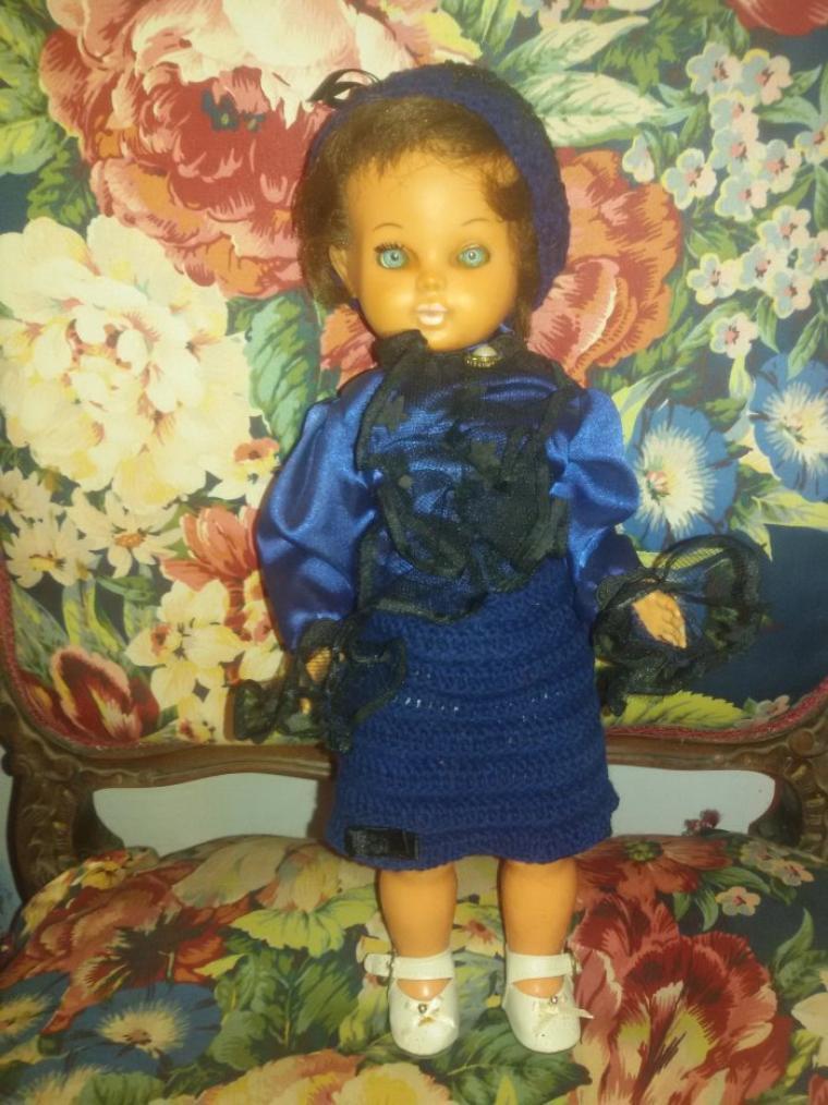 Annie veut être jolie pour les fêtes, elle a demandé à sa maman d'égayer sa tenue.