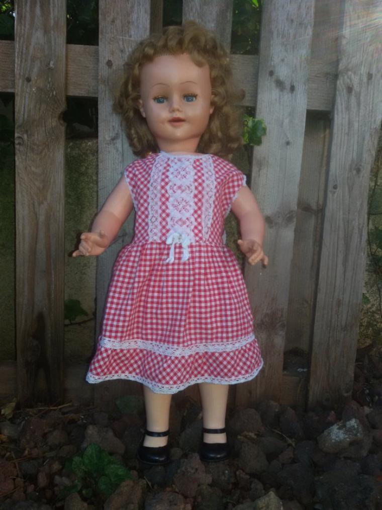 Il fait beau dans le midi, alors Brigittte de Raynal  veut  être photographiée au jardin.