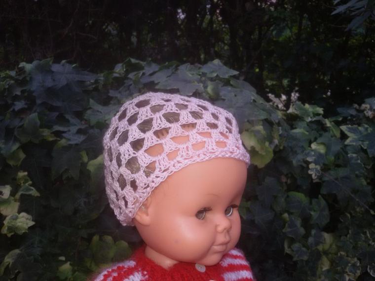 Poupeesdemy83 a 10 ans, un petit bonnet à gagner avec 2 fleurs au crochet à coudre. la gagnante est ...
