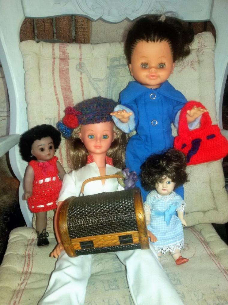 Allez hop, nous prenons l'avion à Marseille Provence. Ces demoiselles ont choisi des tenues confortables pour voyager.  4 photos.