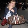 . { Sienna Miller à la Gare du Nord (Paris) le 2 Juin.  . Ce qu'il y a de bien avec les stars, c'est que même leur Vuitton porte leur nom !  .