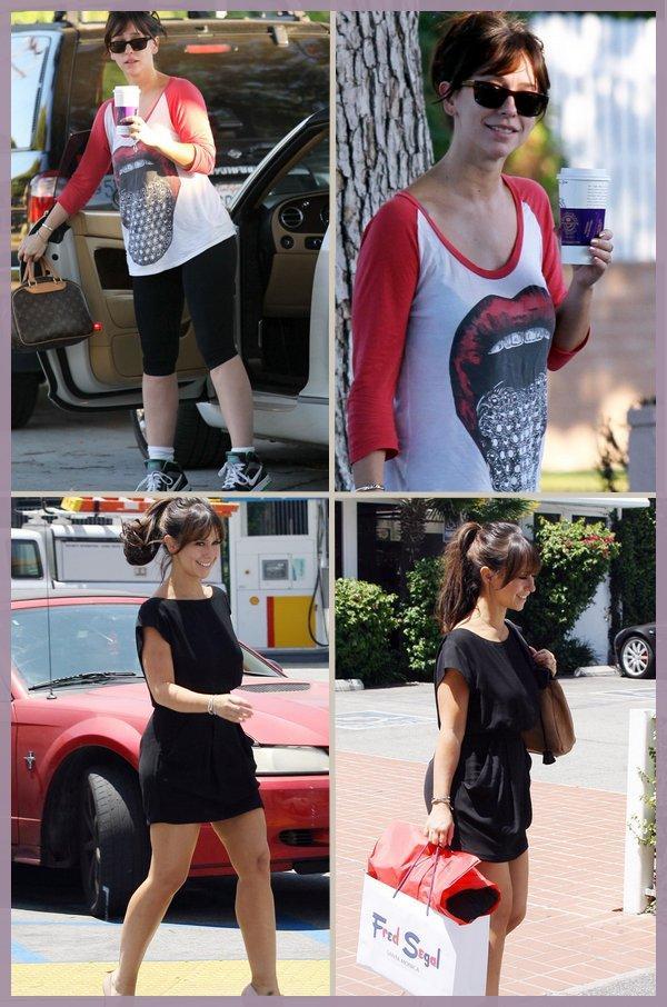 . _____Newleττer_______0ffres_________Amis (?)_________Favoris (♥)_________Commentaire :) ?. Notre belle a étéphotographiée le 26 alors qu'elle se rendait chez un ami (photo 1 et 2) et elle a étéaperçue du côté de Santa Monica avec son amieAshton faisant un peu de shopping (photo 3& 4)