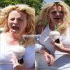 > Ta Source People !   Britney se rend à Starbucks ! (ENCOR) tu n'a pas pris le bon parfum!     On retrouve avec britney quelque grimase pas satisfaite de sa glace ! :S  Britney