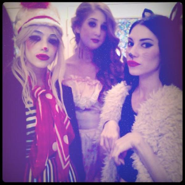 News-Happy Halloween ! Les jumelles ont postées de nouvelles photos d'elles lors d'une fête pour célébrer Halloween.