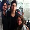 . ___FANS   |___ David en compagnie de son frère Lorenzo ont été vu à un match de Hockey par __---------------------_des fans. Il a posé avec deux d'entre elle et voici deux autres photos prises par ses deux __---------------------_filles. Photos. .