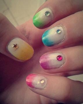 Nail art multicolore.