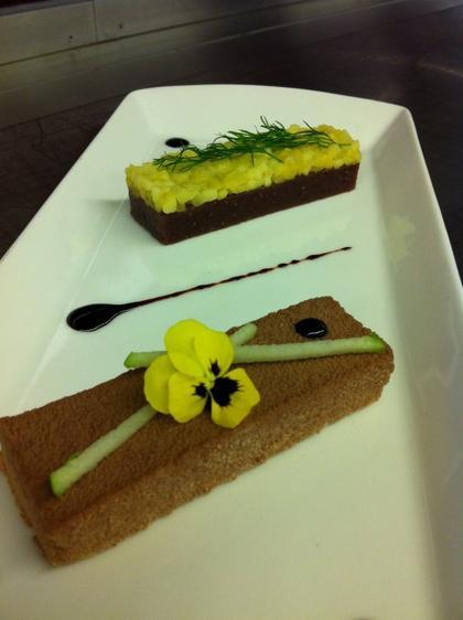 Foie gras de canard mi-cuit en croûte de chocolat au lait, gelée de figues noires et chutney de pommes verte