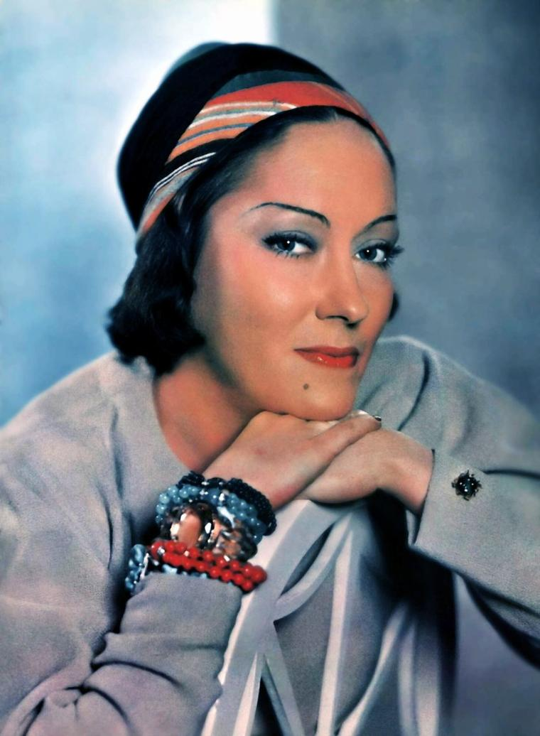 """Gloria SWANSON, de son vrai nom Gloria Josephine Mäe SVENSSON, est une actrice américaine, née le 27 mars 1899 à Chicago et morte le 4 avril 1983 à New York. Superstar du cinéma muet, sa carrière déclina à l'arrivée du parlant, mais elle renoua avec le succès dans """"Boulevard du crépuscule"""" (1950) qui met en scène une star déchue du cinéma muet. (voir article ci-dessus)"""