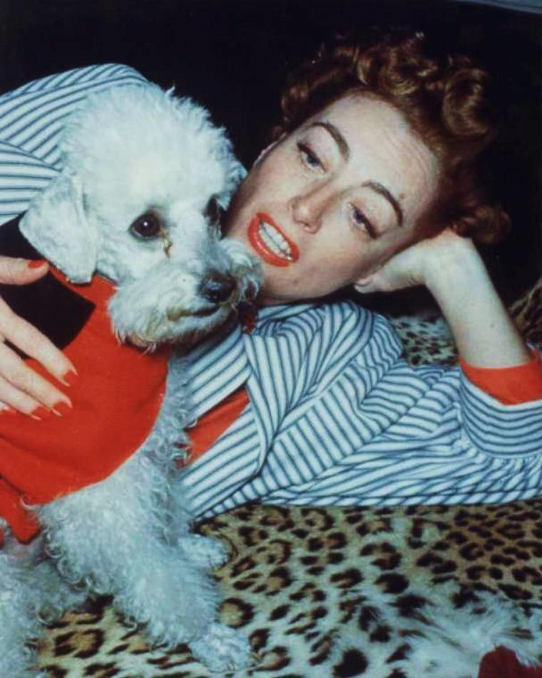 """Joan CRAWFORD, de son vrai nom Lucille Fay LeSUEUR, est une actrice et une productrice américaine née le 23 mars 1905 à San Antonio au Texas, morte le 10 mai 1977 à New York. Joan CRAWFORD est l'une des stars les plus symboliques de l'âge d'or d'Hollywood. Sa carrière couvre, sur plus de quarante ans, les différentes époques des grands studios américains. Elle joua les filles délurées (les « flappers ») des années folles, les jeunes femmes arrivistes dans les années 1930, les femmes victimes dans des mélodrames des années 1940 et 1950. Elle obtient un Oscar en 1945 pour """"Le Roman de Mildred Pierce"""". Elle a été l'une des actrices américaines dont l'étoile a brillé le plus longtemps et l'une des rares vedettes du muet qui soit demeurée encore une grande star au cours des années 1960."""