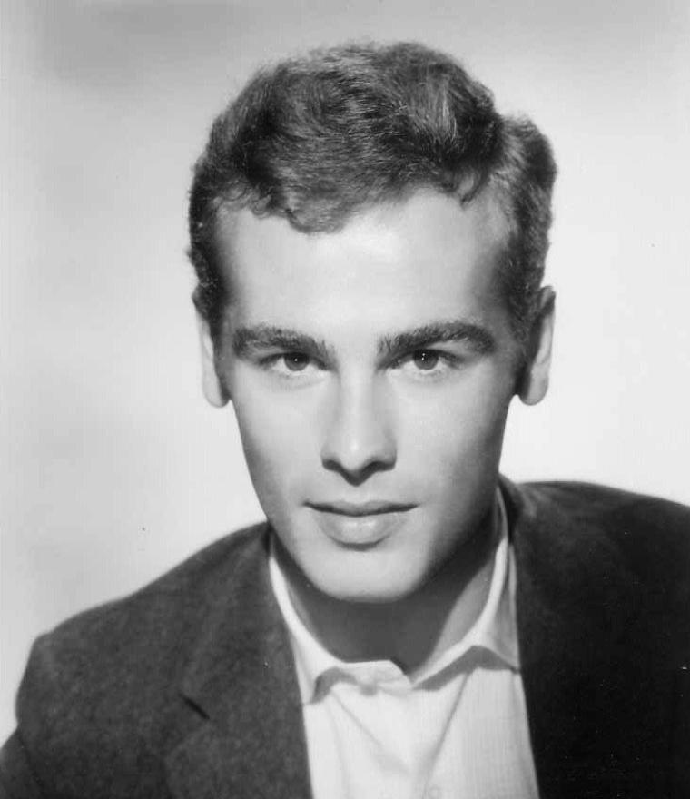 """Dean STOCKWELL est un acteur américain né le 5 mars 1936 à Hollywood en Californie (États-Unis). Il est principalement connu du grand public français pour son rôle de Al dans la série """"Code Quantum"""". Dean STOCKWELL a commencé sa carrière d'acteur à l'âge de 7 ans. Il est le fils de Harry STOCKWELL, acteur qui a donné sa voix au prince dans """"Blanche-Neige et les Sept Nains"""". Ses débuts d'enfant star furent surtout marqués par son apparition dans la comédie musicale """"Escale à Hollywood"""" (1945) aux côtés de Frank SINATRA, par le personnage du fils de Gregory PECK dans """"Le Mur invisible"""" (1947, couronné par un prix spécial aux Golden Globe l'année suivante) et par deux premiers rôles dans """"Le Garçon aux cheveux verts"""" (1948) et """"The Secret Garden"""" (1949). Contrairement à beaucoup d'enfants stars, STOCKWELL a eu une carrière relativement prolifique pendant son adolescence, jouant notamment aux côtés d'Errol FLYNN dans """"Kim"""" (1950). STOCKWELL apparaît ensuite dans des films comme """"Le Génie du mal"""" (1959) et """"Long voyage vers la nuit"""" (1962), qui lui valent deux prix d'interprétation au Festival de Cannes, respectivement partagés avec Bradford DILLMAN et Orson WELLES en 1959 et avec Jason ROBARDS et Ralph RICHARDSON en 1962. Ces années sont aussi marquées par """"La Fleur de l'âge"""" (1965), film dans lequel son interprétation de Joseph, un évadé qui tombe amoureux d'une fille de 15 ans, fut à la fois admirée et controversée."""