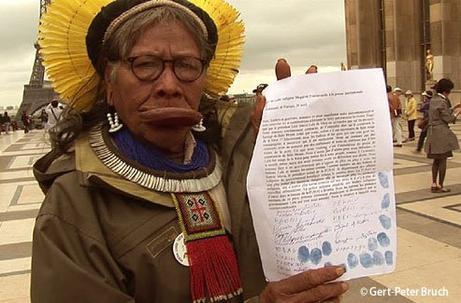 La pétition du cacique Raoni contre le projet Belo Monte.