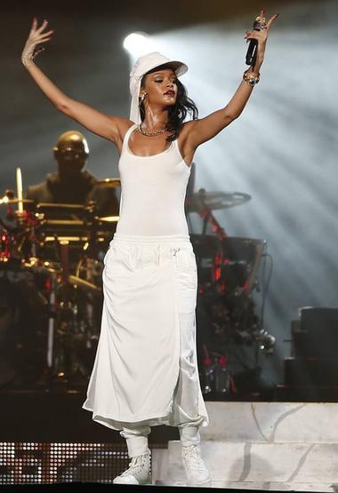 Le 19 octobre 2013 :Rihanna en photos shooting et en concert Diamonds World Tour à Abu Dhabi, aux Émirats arabes unis.