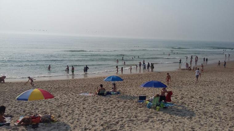 La plage de mon été. ..embrumée par des nuages de fumée. .que d'incendies !!!