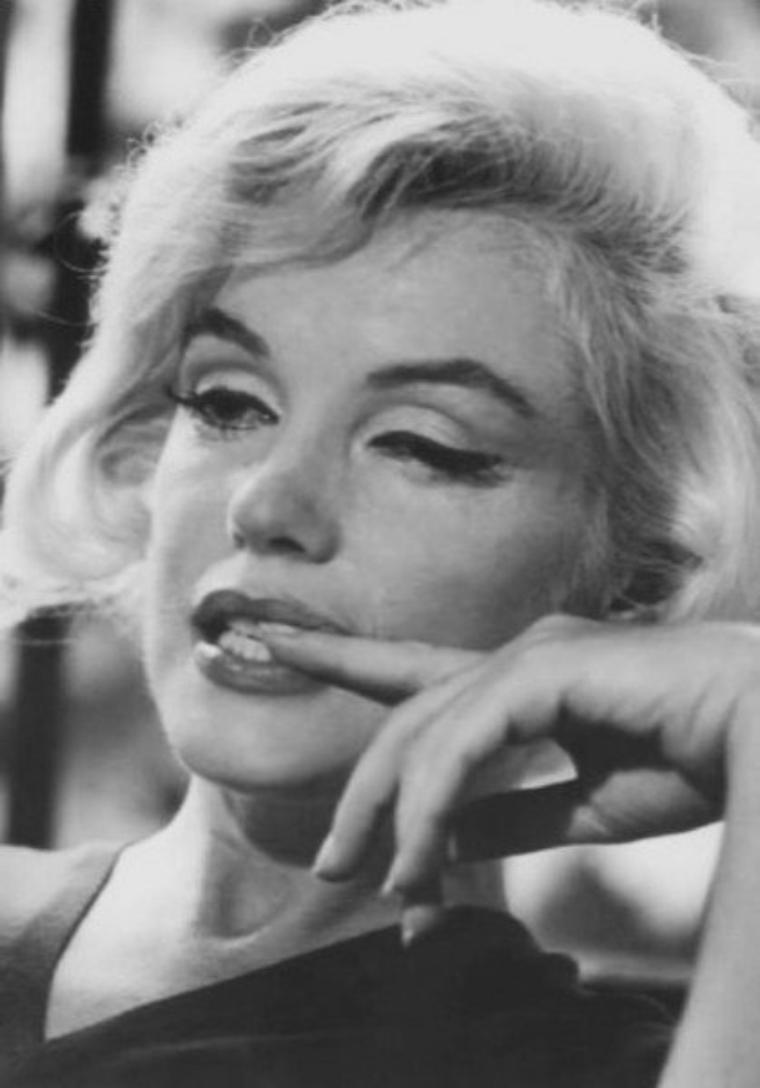 1962 The last interview by Allan GRANT / Ce fut probablement le dernier photographe de Marilyn MONROE. La séance photo eut lieu les 4 et 9 juillet 1962; les clichés furent pris dans la salle à manger de la maison de Marilyn à Brentwood. Assise sur une chaise : Ses photos accompagnaient l'interview de Richard MERYMAN dans le numéro du magazine Life  du 3 août 1962.