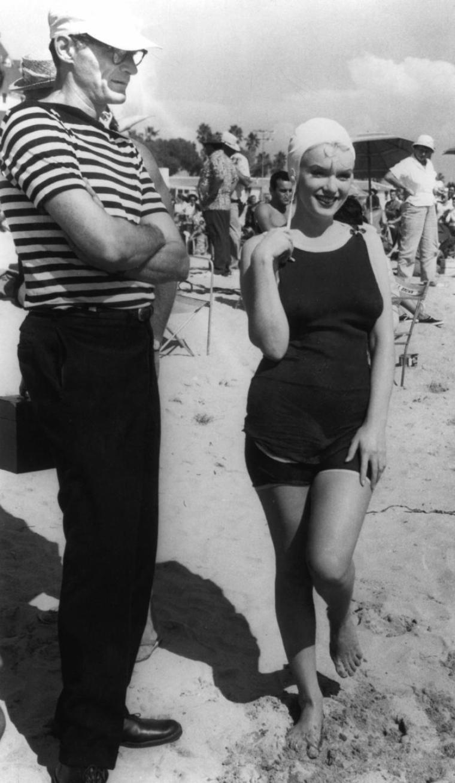 1959 marilyn en maillot et bonnet de bain des ann es 30 sur la plage de coronado pour le. Black Bedroom Furniture Sets. Home Design Ideas