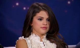 Look de Selena Gomez : Dans son interview pour E ! News