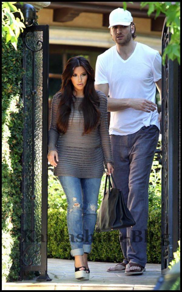 01.07.2011 - Quittant sa maison - GROS TOP pour la tenue hypra simple :)