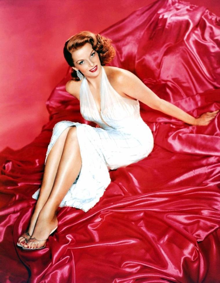 Jane RUSSELL (née Ernestine Jane Geraldine RUSSELL, le 21 juin 1921 à Bemidji dans le Minnesota aux États-Unis, morte le 28 février 2011 à Santa Maria en Californie) est une actrice américaine.