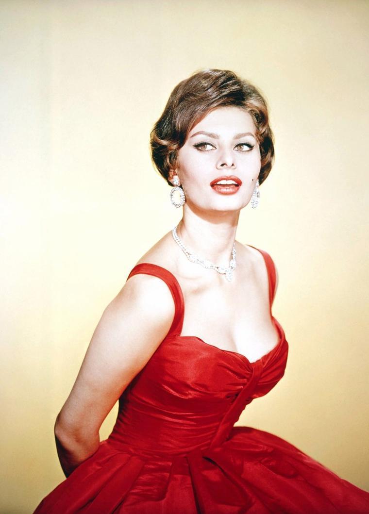 Sophia LOREN, (née Sofia VILLANI SCICOLONE) le 20 septembre 1934 à Pozzuoli, est une actrice italienne.
