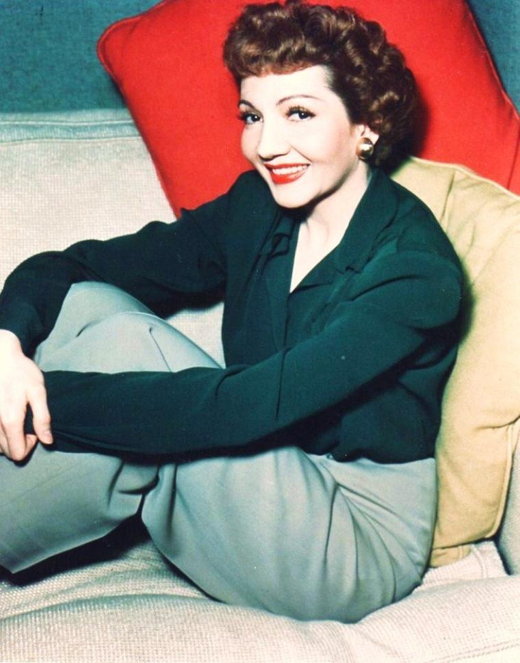 Claudette COLBERT, de son vrai nom Émilie Claudette CHAUCHOIN, née le 13 septembre 1903 à Saint-Mandé et morte le 30 juillet 1996 à Speightstown à la Barbade, est une actrice française naturalisée américaine.